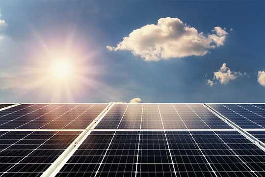 Solar-Panels im Sonnenschein