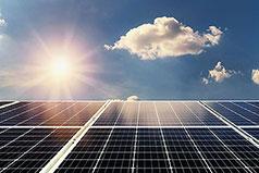 Foto von Solar-Panels mit Sonne im Hintergrund