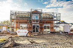 Noch eingerüsteter Neubau eines Einfamilienhauses