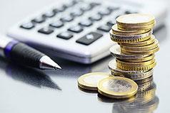 Taschenrechner mit EURO-Münzen im Vordergrund