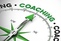 Kompassnadel die auf das Wort Coaching zeigt
