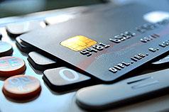 Nahaufnahme Kreditkarte liegt auf Taschenrechner