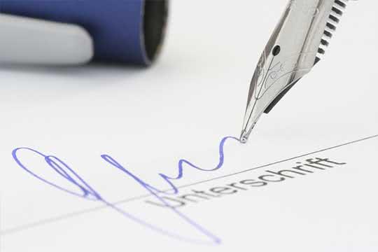 Nahaufnahme Unterschrift mit Füllerfeder