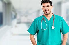 Junger Arzt lächelt in die Kamera